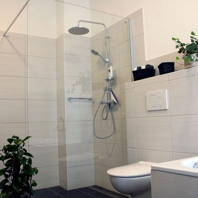Ein modernes Badezimmer, Dusche und Toilette