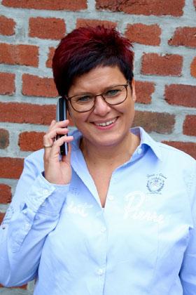 Andrea Armold am Telefon