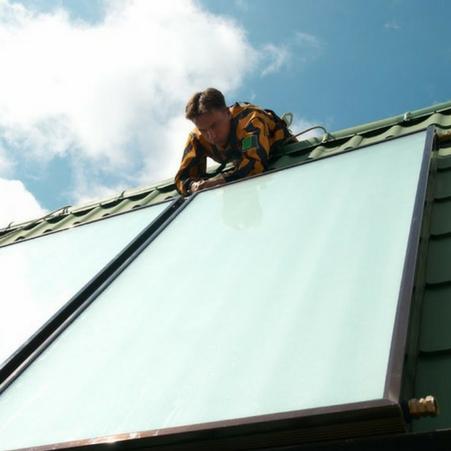 Monteur bringt Solarkollektor an in Hagen